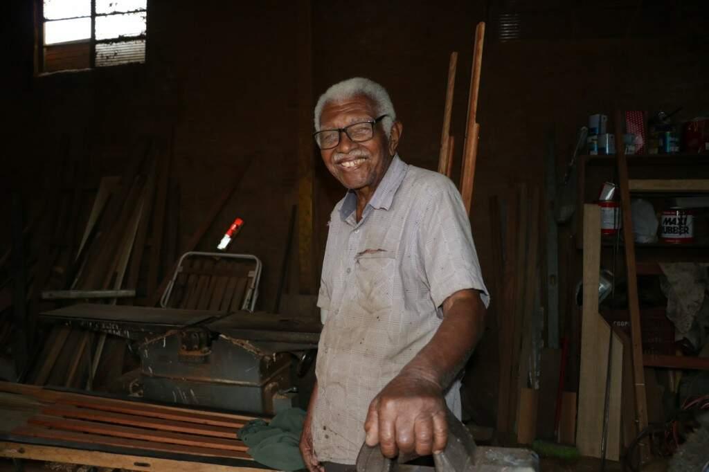 Aos 96 anos, o sorriso fácil e história longa do baiano que veio se aventurar por essas bandas conquista quem passa pela oficina e pelo bar (Foto: Kimberly Teodoro)