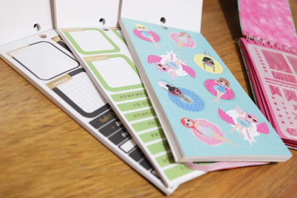 De adesivos a réguas de desenho, Adriana coleciona itens de papelaria que ajudam a soltar a criatividade (Foto: Kimberly Teodoro)