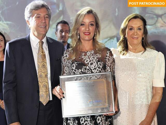 Das mãos de Murilo e Cecília Zauith, Mariana Zauith recebe homenagem (Foto: Unigran Capital)