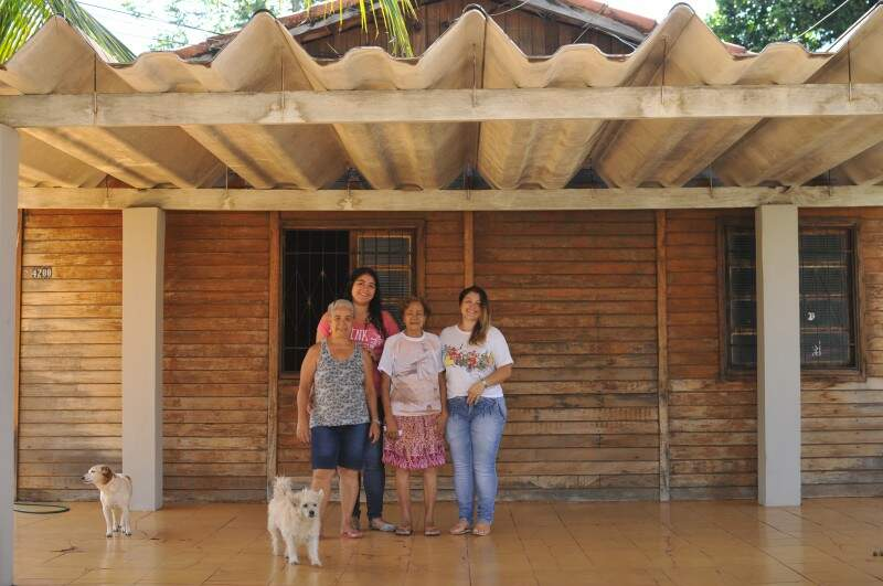 Aos 90 anos, Dona Nazira é a matriarca da casa só de mulheres. (Foto: Alcides Neto)