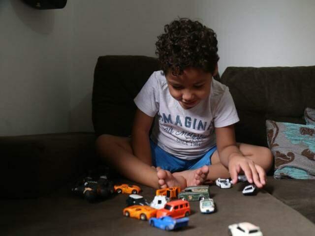 Entre os brinquedos, Pietro pergunta se a gente vai à festa dele. Desde 2013 são duas datas decidadas a ele. (Foto: Fernando Antunes)