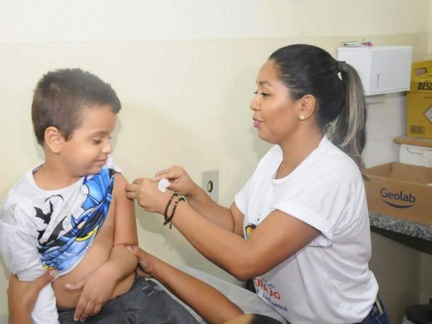 Criança recebe vacina em unidade de saúde em Campo Grande. Quatro centros regionais funcionam neste domingo (20). (Foto: Paulo Francis)