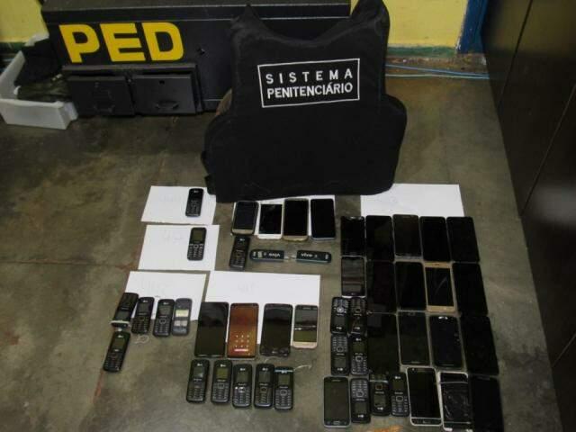 Celulares e modems de internet encontrados em celas da PED (Foto: Direto das Ruas)