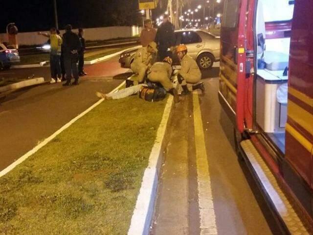 Atendimento sendo feito logo após a colisão. (Foto: Direto das Ruas)