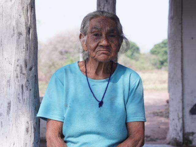 Essa é dona Joana, artista do povo indígena Kadiwéu, que está em busca de recuperar a visão. (Foto: Thiago Oliveira)