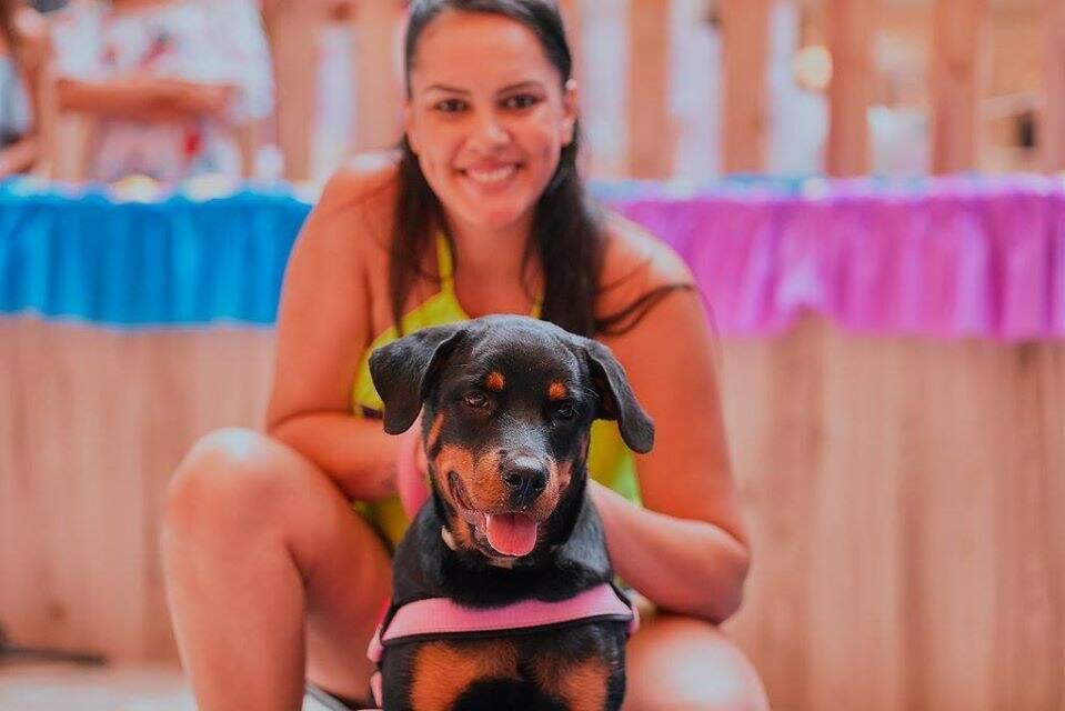 A dona e seu cãozinho resolveram ficar um tempo juntos para se divertirem. (Foto: Divulgação/Shopping Campo Grande)