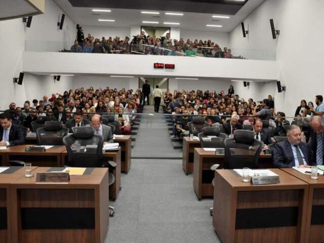Plenário ficou lotado durante apreciação do projeto em primeira votação. (Foto: Luciana Nassar/ALMS)