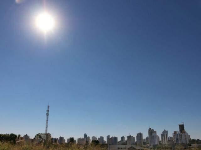"""""""Céu limpo"""" e sol forte na tarde desta sexta-feira (7) em Campo Grande (Foto: Henrique Kawaminami)"""