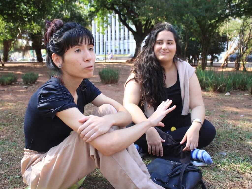 Luana (calça nude) diz que sofre mais com amizades recentes. (Foto: Marina Pacheco)