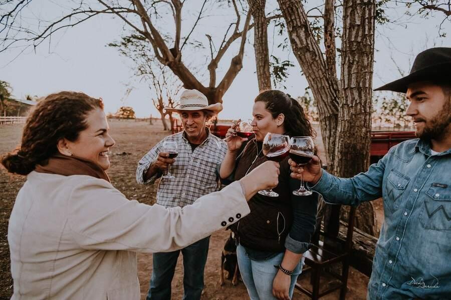 Um brinde da família após um dia de trabalho e felicidade em estar unida. (Foto: Dick Arruda)
