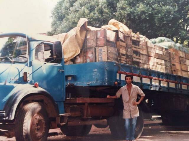 Waldir no transporte de legumes e verduras em 1990. (Foto: Acervo Pessoal)