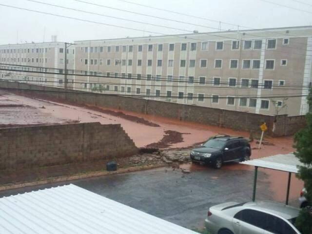 Parte de muro caído ao lado de condomínio(Foto: Direto das Ruas/ Wilson Nantes)