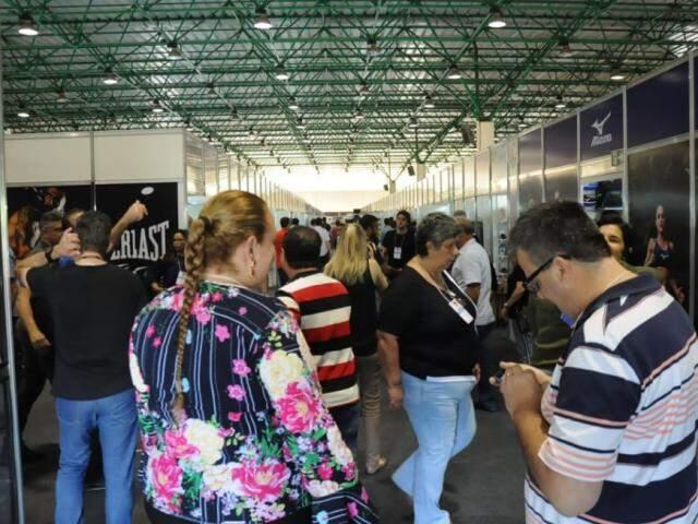 Feira acontece no Albano Franco até terça-feira e é destinada para lojistas (Foto: Paulo Francis)