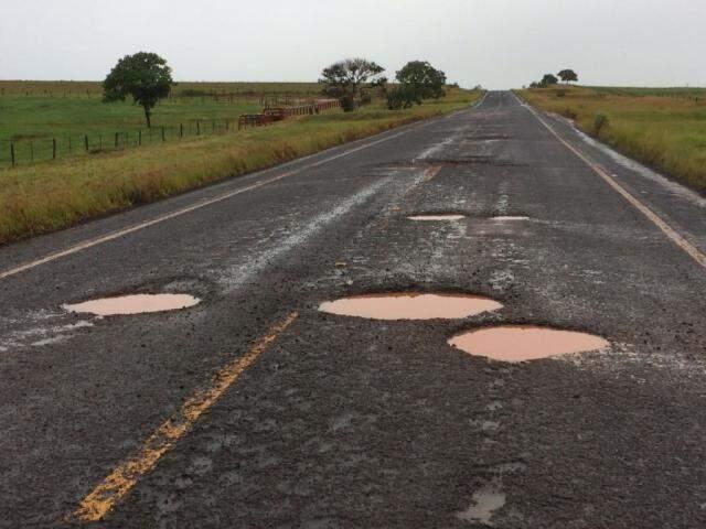 Buracos tomam os dois sentidos da rodovia (Foto: Direto das Ruas)