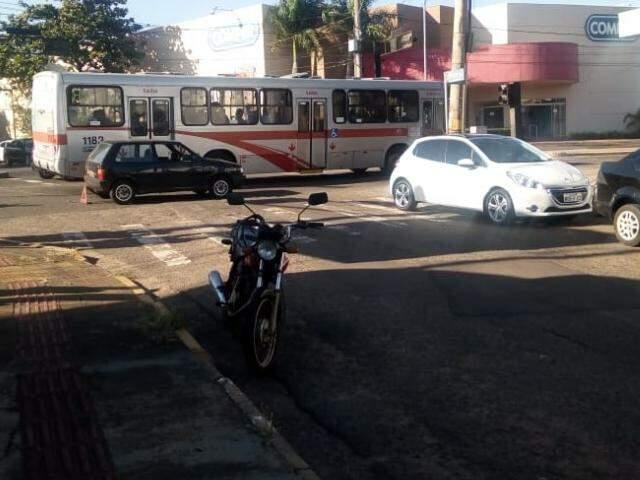 Fiat Uno e Peugeot se colidiram ao fazer o cruzamento da avenida (Foto: Direto das ruas)