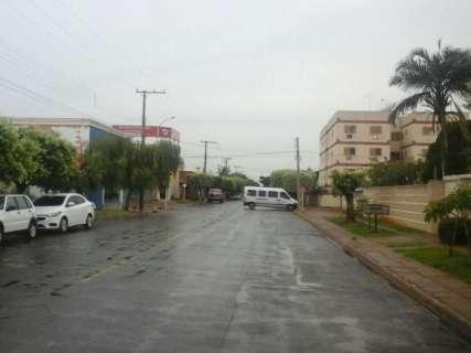 Chuva com granizo alaga ruas, derruba árvores e deixa bairro sem luz