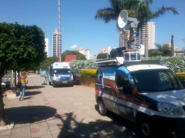 Unidades móveis da TV Morena e da TV Campo Grande na calçada. (fotos: Euler Souza)