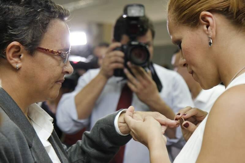Geliane Mascarenhas, agora assina Bitencourt, com a mulher Ruth Pereira Bitencourt. A aliança que significa vitória para o casal.
