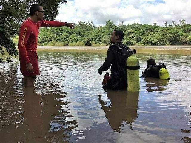 Bombeiros durante buscas em córrego (Foto: César Galeano/ Arquivo)