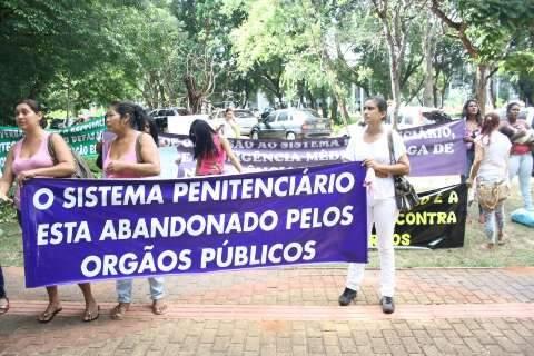 """Mulheres de presos pedem """"direitos humanos"""" e protestam em frente ao TJ"""