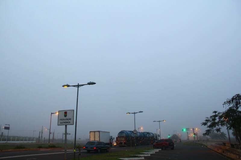 Forte nevoeiro de manhã em Campo Grande, com mínima de 15ºC. (Foto: Marcos Ermínio)