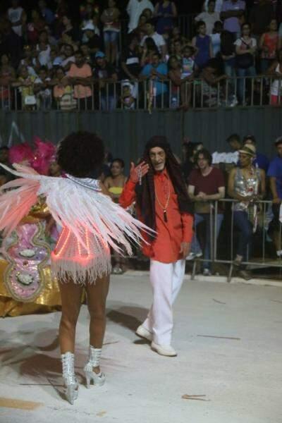 Edson Contar ao lado de passista durante desfile da Igrejinha (Foto: Fernando Antunes)