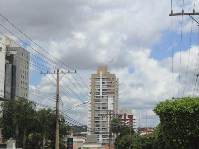 Céu parcialmente nublado na tarde desta quarta-feira (20) no Jardim dos Estados em Campo Grande (Foto: Marina Pacheco)