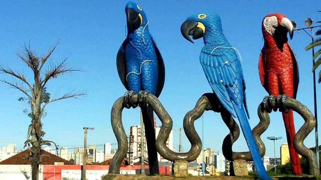 O Monumento das Araras deu nome a um dos lugares mais visitados de Campo Grande, aberto 24 horas (Foto: Divulgação)
