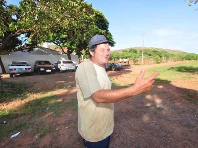 """""""É obrigação deles tirar todo o lixo orgânico, mas eles só tem uma máquina"""", questiona Márcio Gomes sobre o descarte na área de transição. (Foto: Luciano Muta)"""