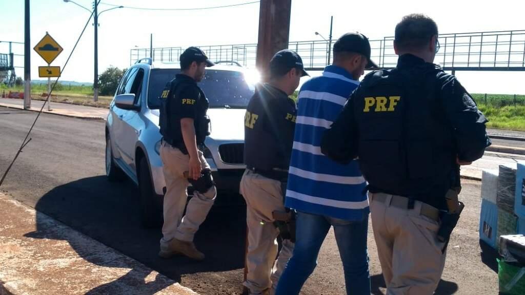 Policiais rodoviários federais conduzem motorista do BMW usado para transportar cocaína (Foto: Adilson Domingos)