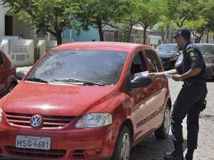 Policiais divulgam campanha em cruzamento (foto: Anderson Gallo/Diarionline)