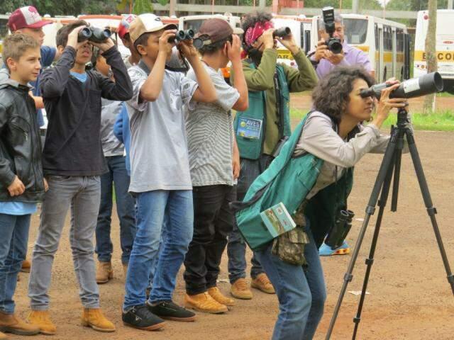 Os alunos participam de uma atividade de observação das aves (Foto: Arquivo/E.M.Agrícola Gov. Arnaldo Estevão de Figueiredo)