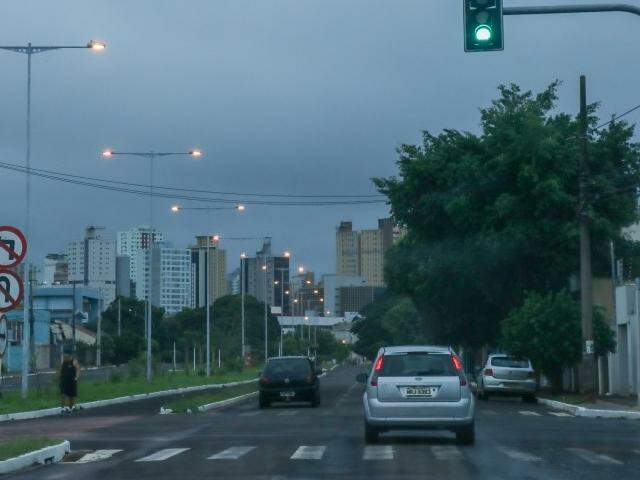 Quinta-feira amanheceu com céu nublado em Campo Grande e a previsão é de mais chuva. (Foto: Henrique Kawaminami)