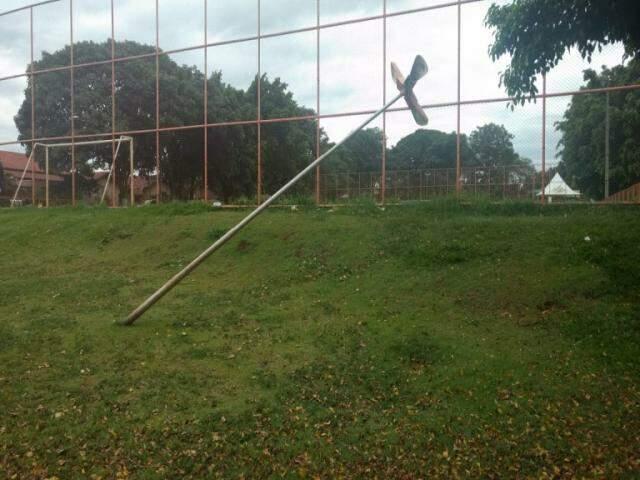 Poste caído na praça do bairro Recanto dos Rouxinóis (Foto: Direto das Ruas)