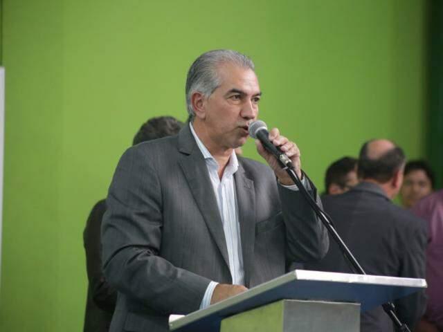 Governador Reinaldo Azambuja (PSDB) em discurso durante agenda na segunda-feira. (Foto: Fernando Antunes).