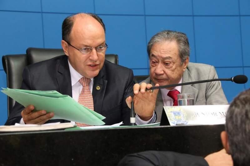 Presidente da Assembleia, Junior Mochi, junto com George Takimoto, durante sessão (Foto: Assessoria/ALMS)