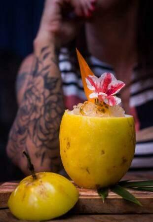 Drink servido no maracujá. (Foto: Ana Carolina Câmara)