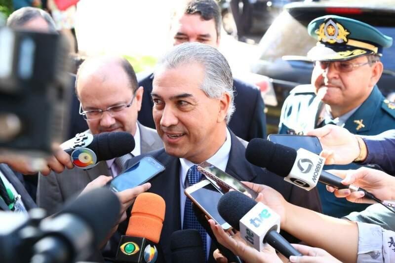 Governador Reinaldo Azambuja, esta manhã, no ato de troca de comando da Polícia Militar (Foto: Marcos Ermínio/Campo Grande News)
