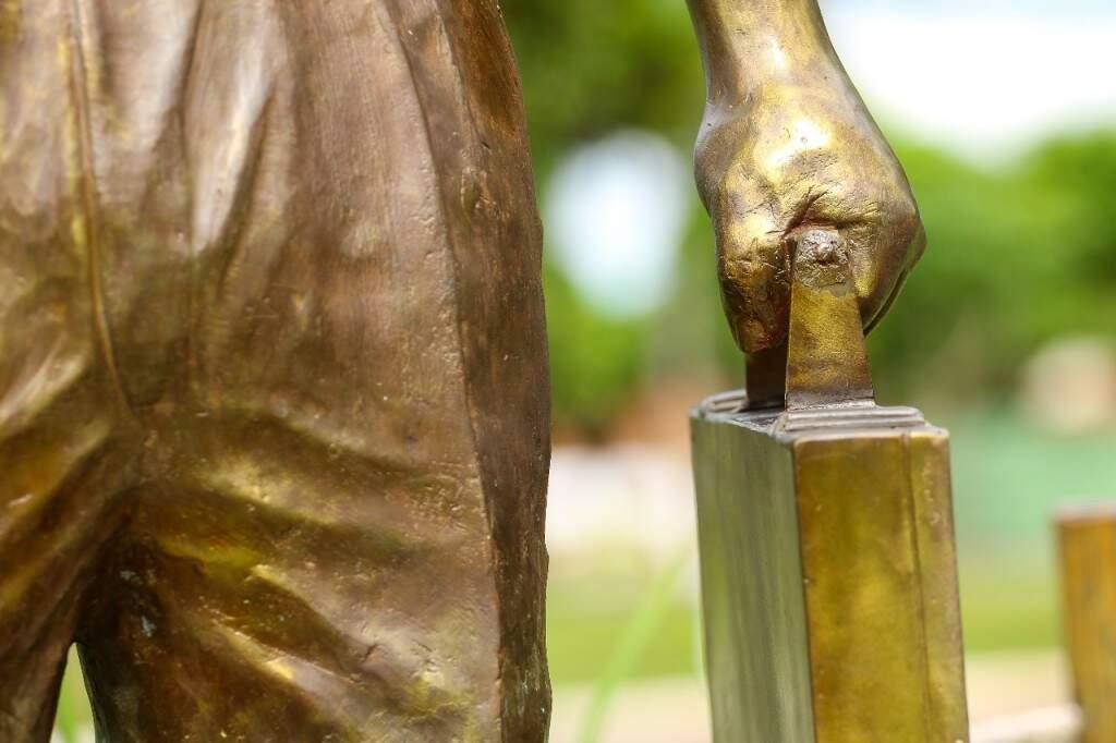 Maleta com o primeiro contrato fechado é representada na estátua. (Foto:André Bittar)