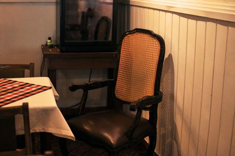 Cadeira fica em um ambiente especial do bar. (Foto: Alcides Neto)