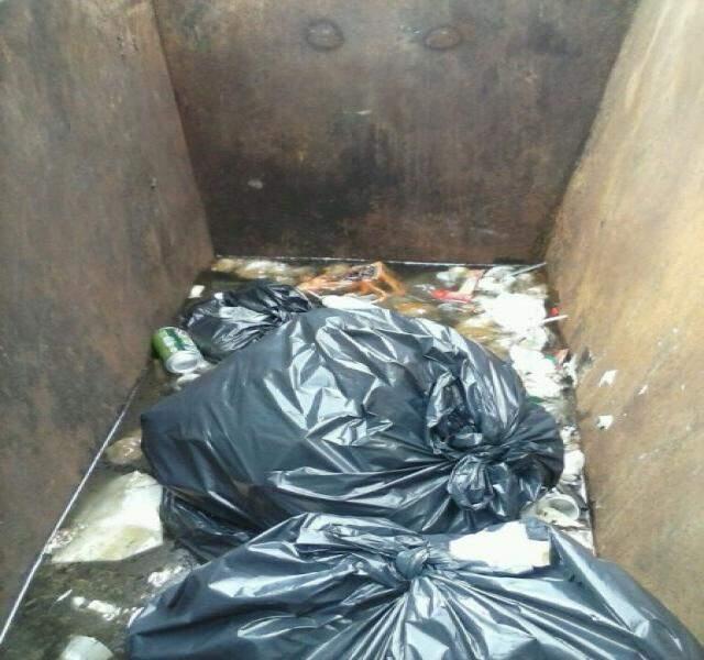 Lixo ficou tomado pela água com a chuva do final de semana (Foto: Repórter News)