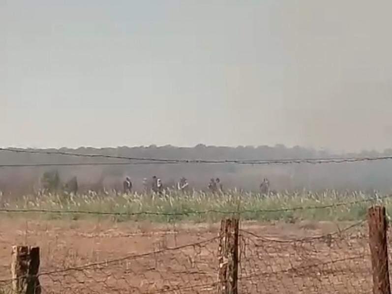 Indígenas foram registrados momentos antes da invasão à fazenda Santa Maria, neste domingo (26). (Foto: Direto das Ruas)