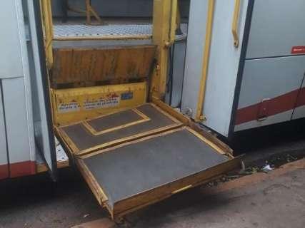 Plataforma de acessibilidade quebra e usuários cadeirantes perdem ônibus