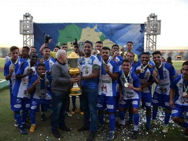 Jogadores do Aquidauanense recebem troféu de campeão do Estadual sub-19 (Foto: Noé Faria)