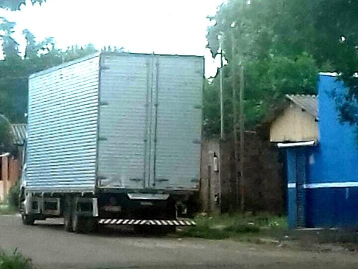 Caminhão carregado de cigarro ficou parado na rua Verdes Mares durante o dia em que ocorreram prisões. (Foto: Direto das Ruas)