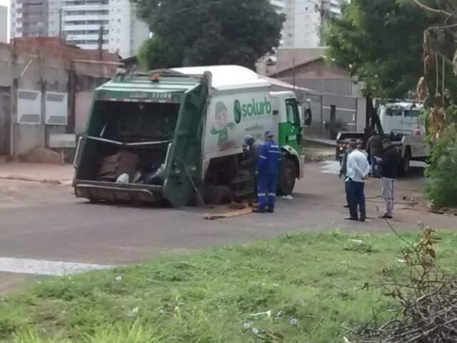 Caminhão preso em buraco (Foto: Direto das ruas)