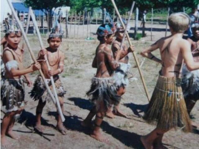 Alunos Kinikinau durante festa do Dia do Índio. (Foto: Rosaldo Souza)