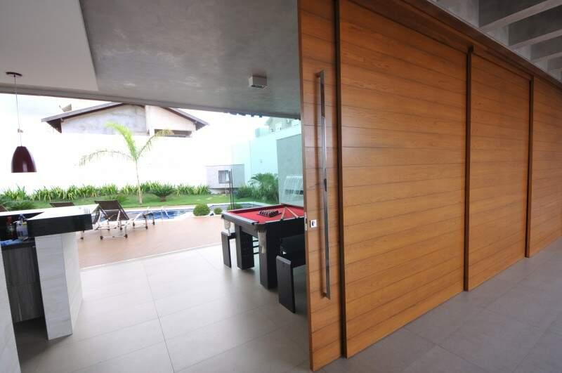 O que chama atenção é a integração com a garagem. Porta quando se abre deixa casa receber até 100 pessoas. (Foto: Alcides Neto)