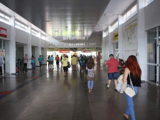 Alunos chegando a UCDB no último domingo de provas do exame. (Foto: Paulo Francis)
