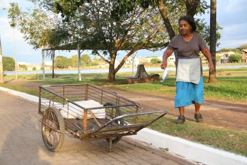 Petronilha conta que já tirou vários sacos cheios de lixo do local. (Foto: Marcos Ermínio)